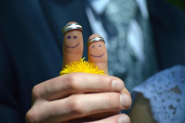 zwei Hände in einander mit Ringen