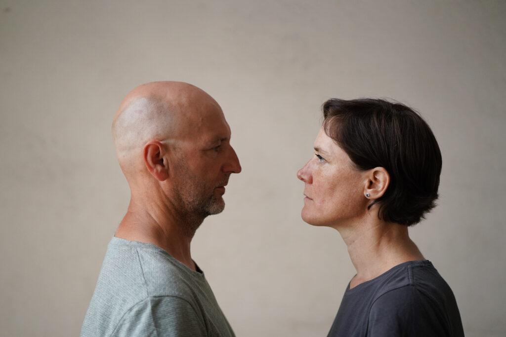 Mann und Frau stehen sich gegenüber. Kontakt, Auseinandersetzung
